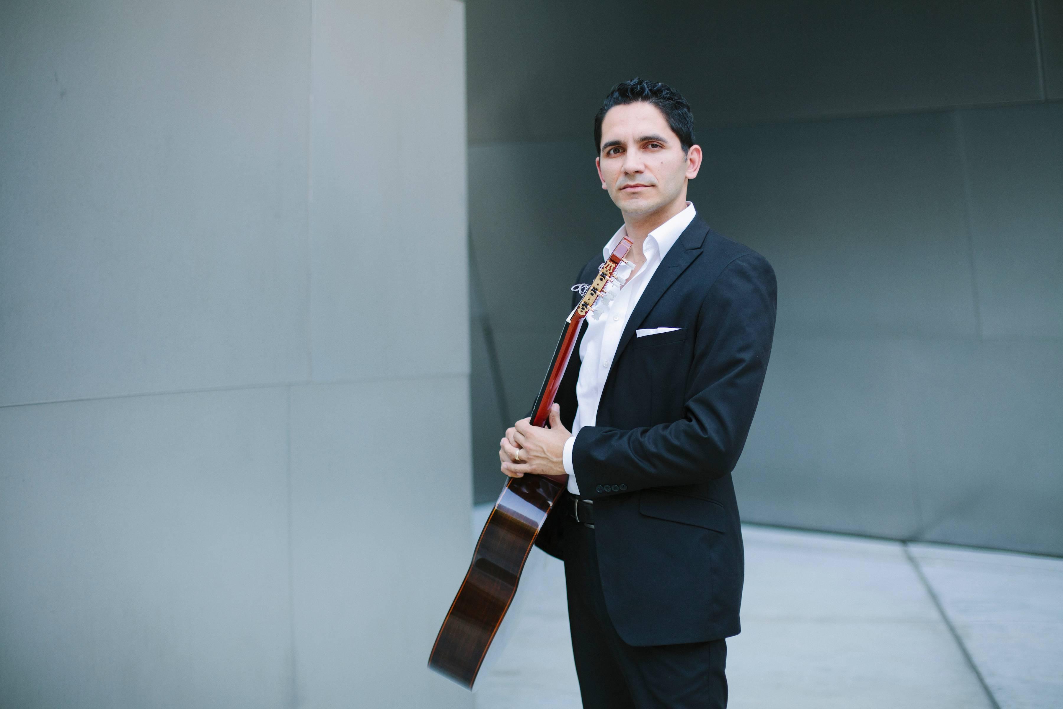 Tavi Jinariu Los Angeles Classical Guitarist