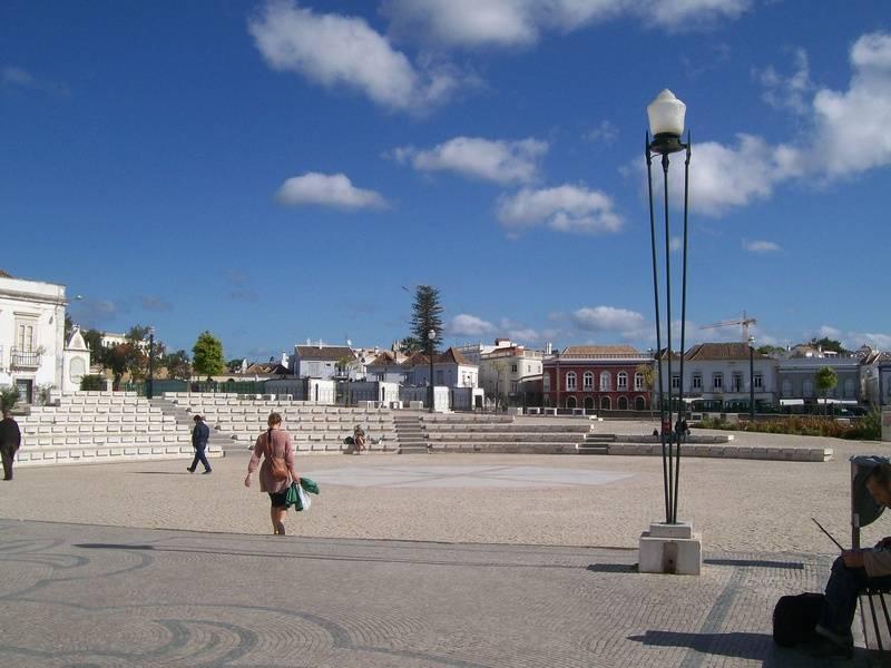 Praca de Rebublica-main square 10min walk from the apartment