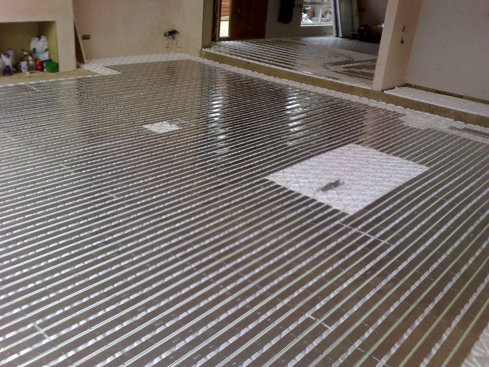 Under floor heating with wooden floor