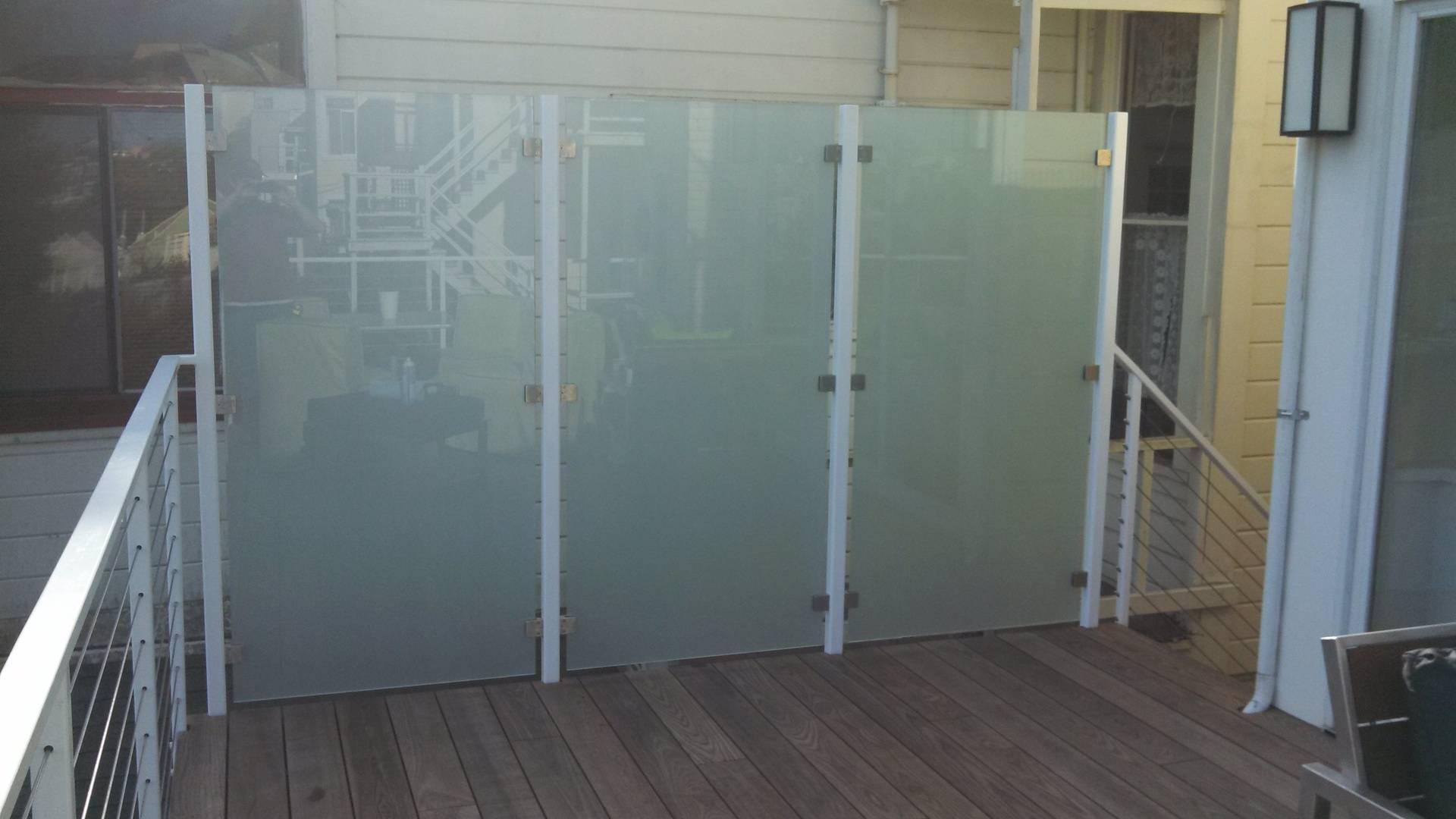 Deck wind privacy glass