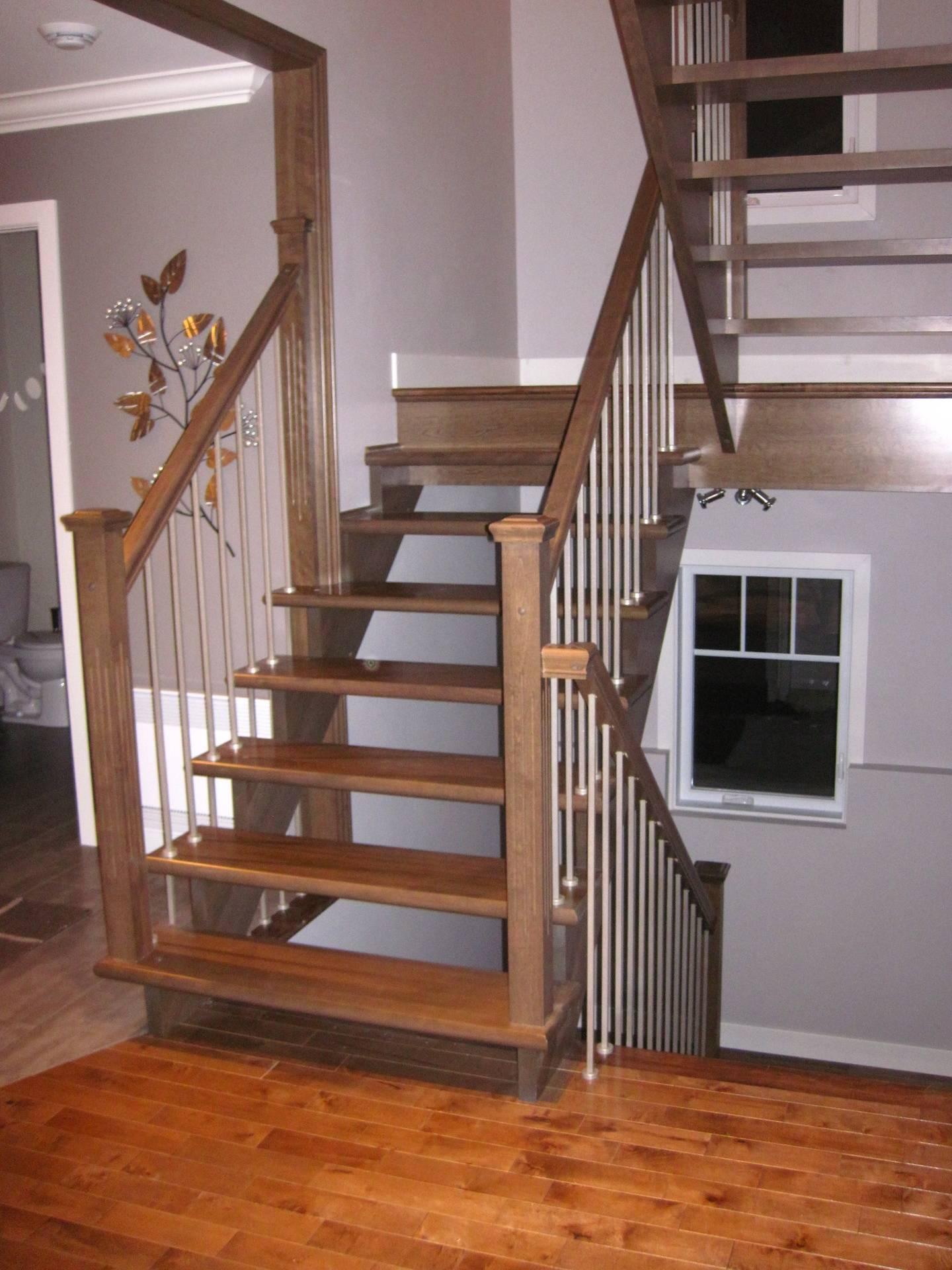 Escalier de bois à limons découpés barreaux acier innoxidable