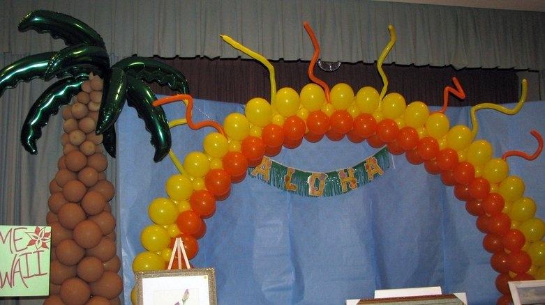 Palm Tree Balloon Sculpture & Balloon Arch - Hawaiian Theme