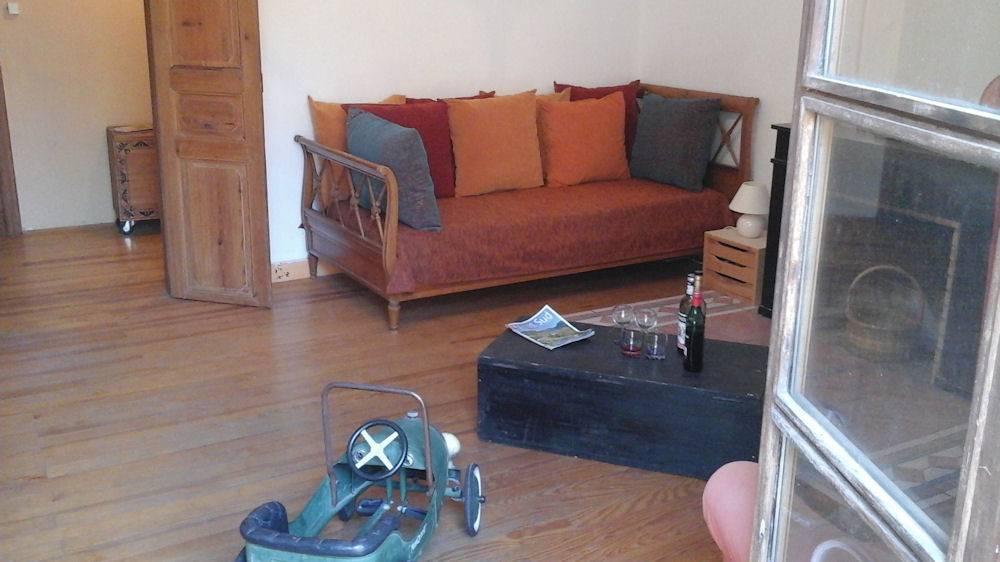 Salon avec télé grand écran plat et wifi