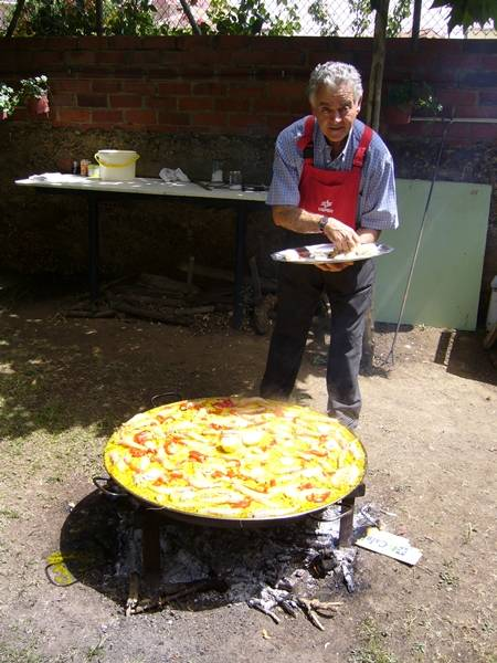 El Padre Alipio preparando una paella para 100 huéspedes