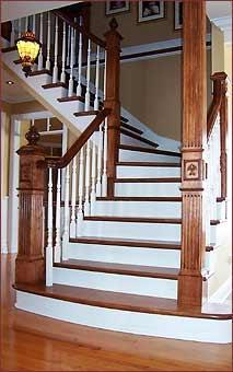 Escalier de bois teint et lacqué