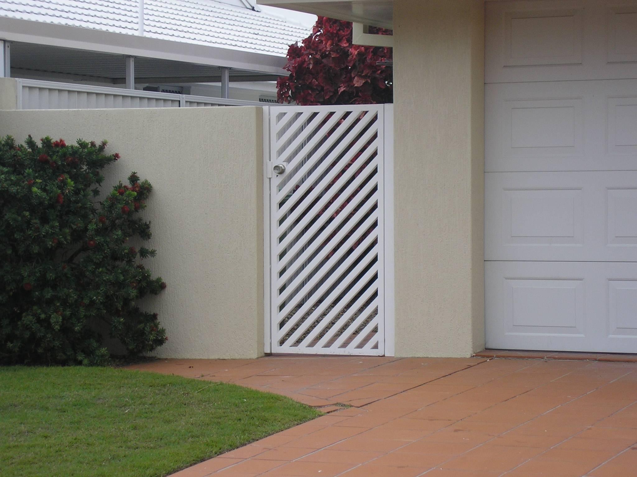 ANGLED SLATTED GATE