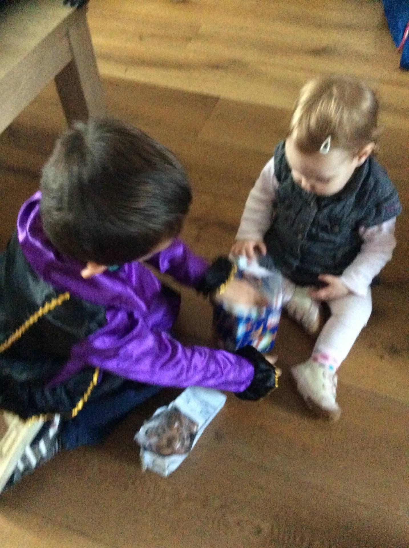 Mara krijgt hulp bij het uitpakken 2015