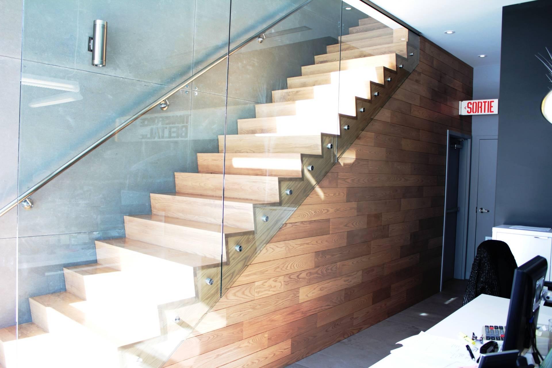Escalier contemporain avec verre.