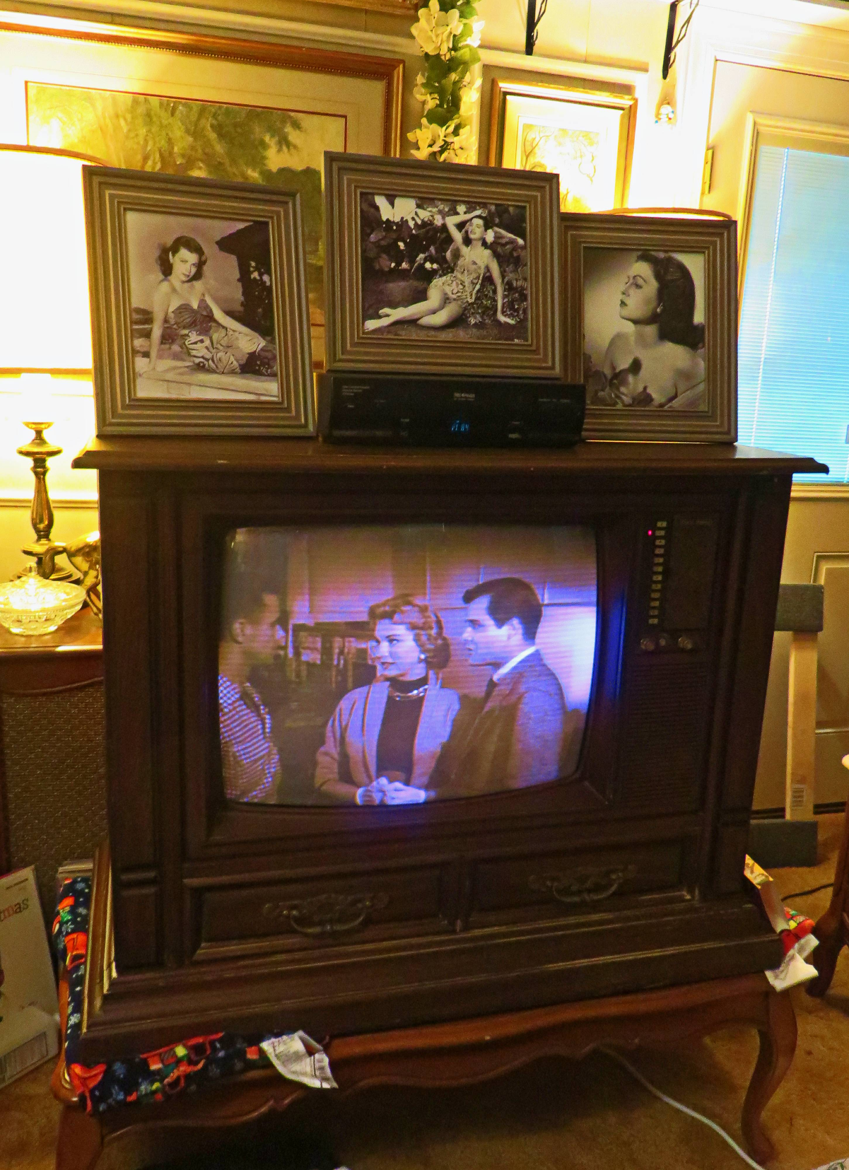 1980 Curtis Mathes Color Television Model G550 Chassis C81-7 Medium Pecan,