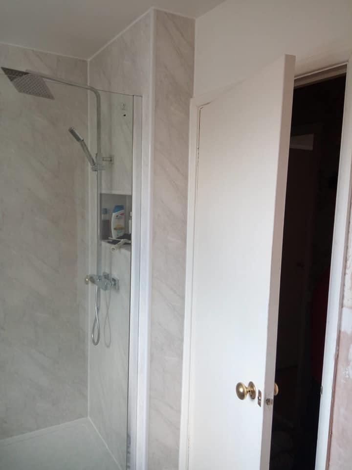 Master bathroom suite with our range of splash panels