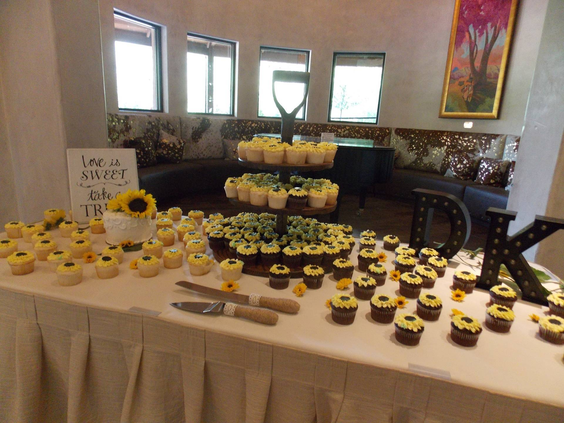 Cupcake presentation table