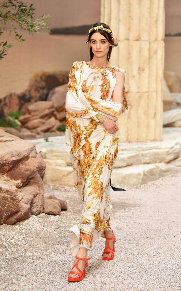 The Goddess style, with golden accessories