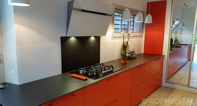 Crédences de cuisine, en résine blanche pour une cuisine rouge
