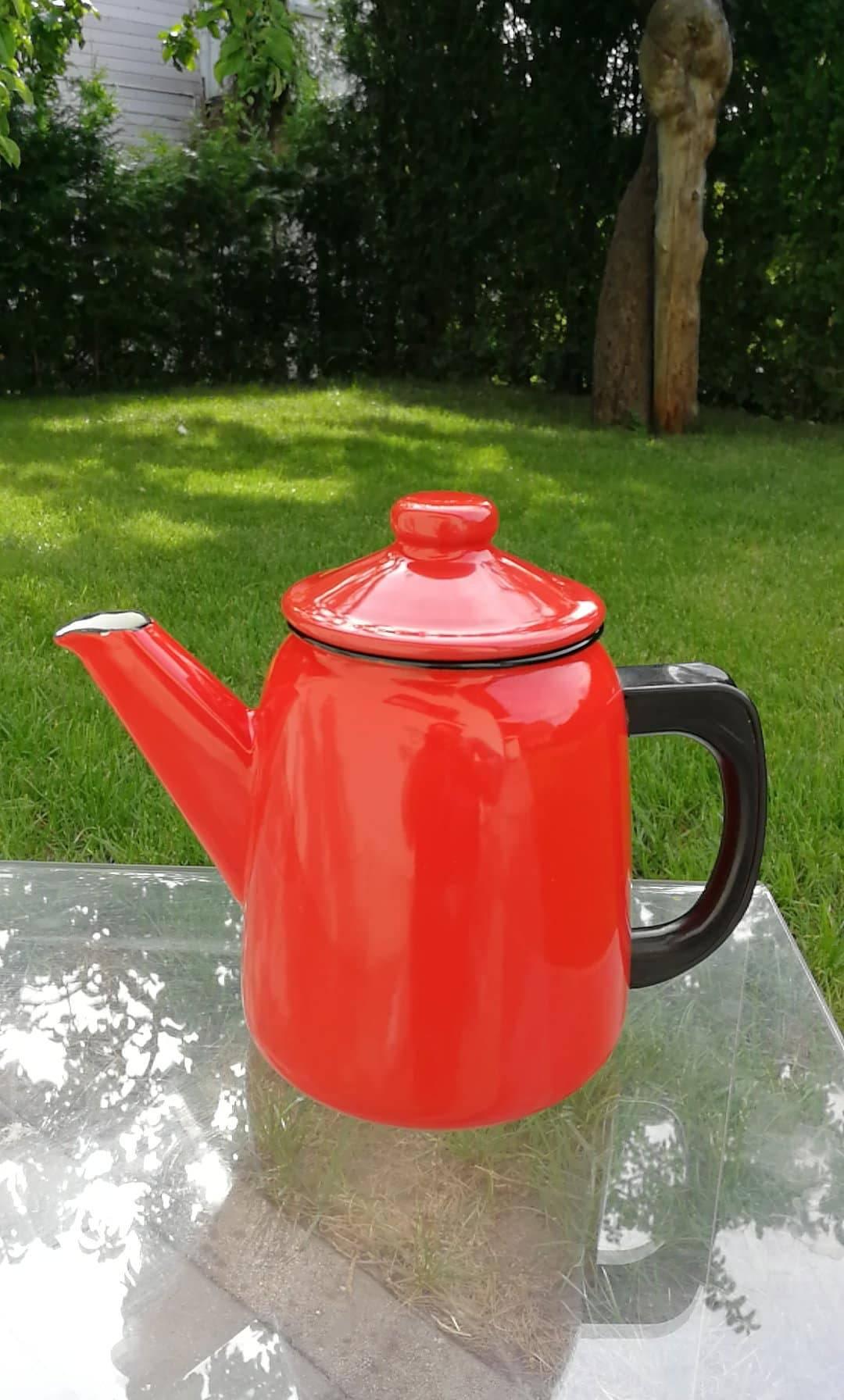 Raudonas emaliuotas arbatinukas. Kaina 13