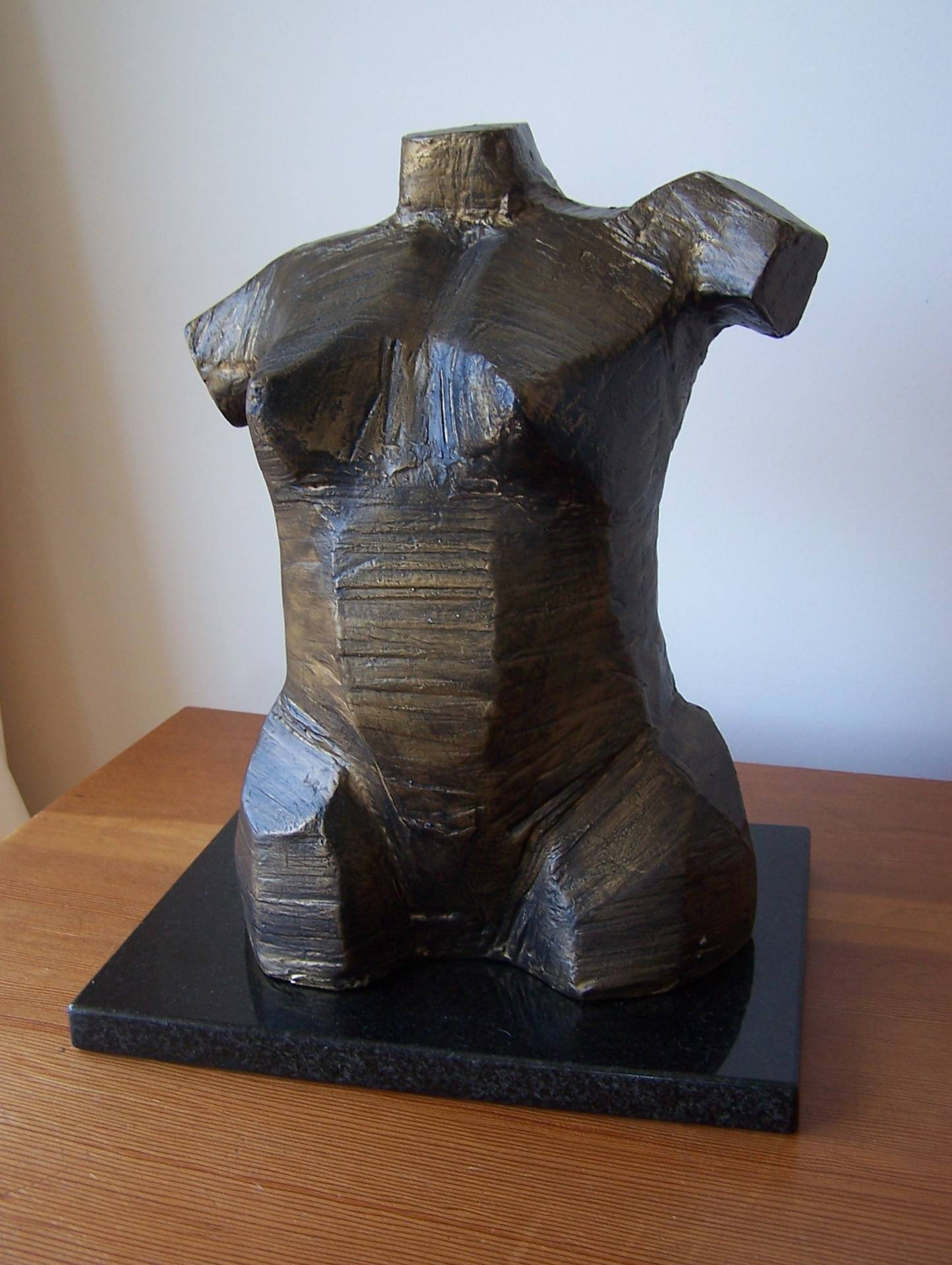 Sharp Woman :Medium : Reinforced resin and granite / Dimensions : 30cm high x 30cm long x10cm wide