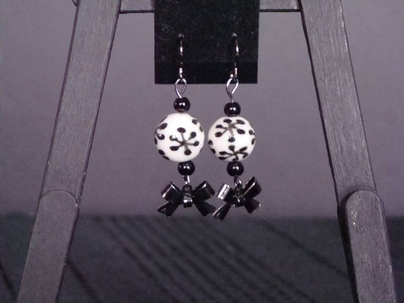 Black and White with Bows (Item #3043)  $7.50