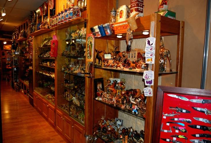 Figurines and pipes showcases