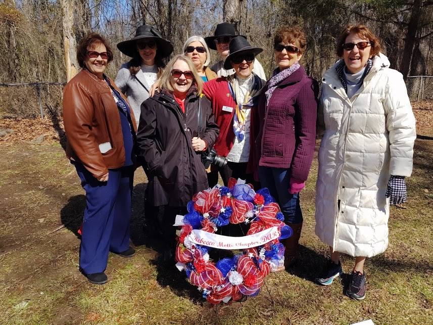 Rebecca Motte Chapter Members and Wreath