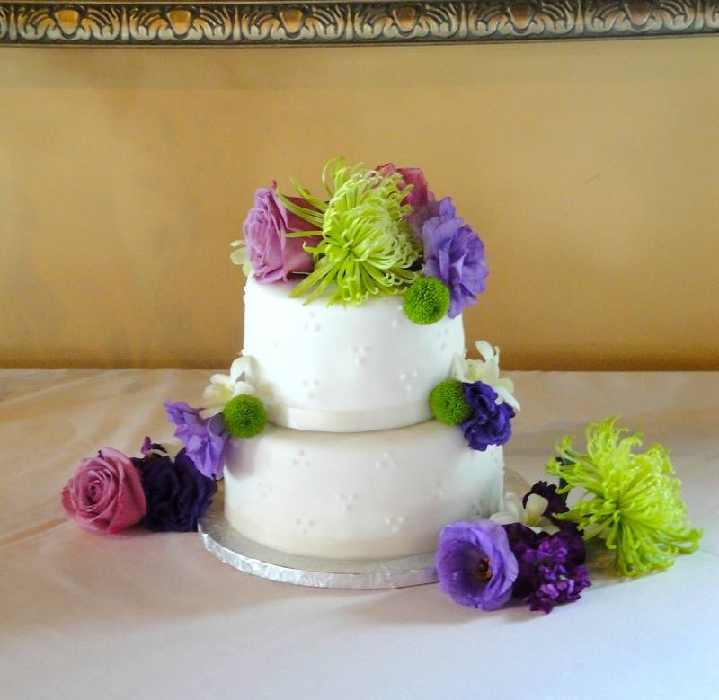 2 Tiered Wedding Cake with Fresh Flowers