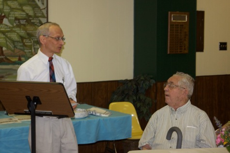 Rabbi Seth addressing Cy