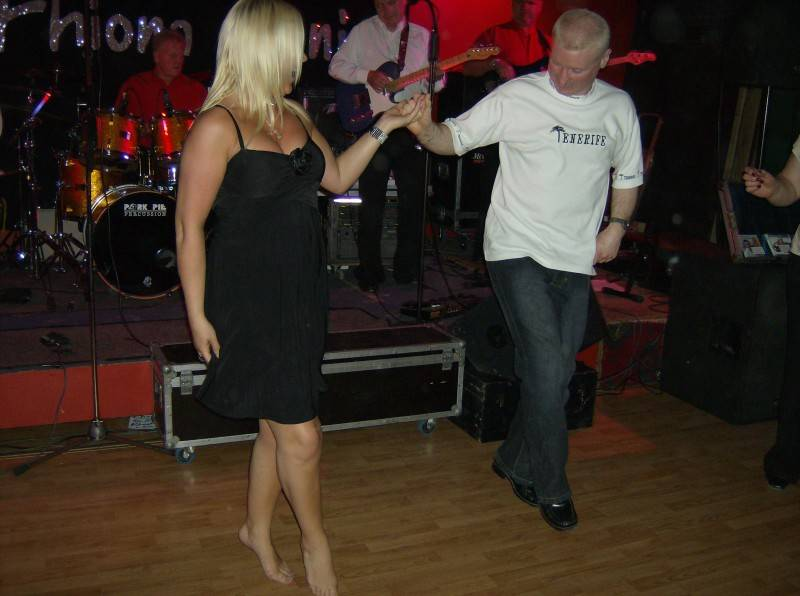 Fhiona gets an Irish dancinglesson from Ciaran at The Saddlers
