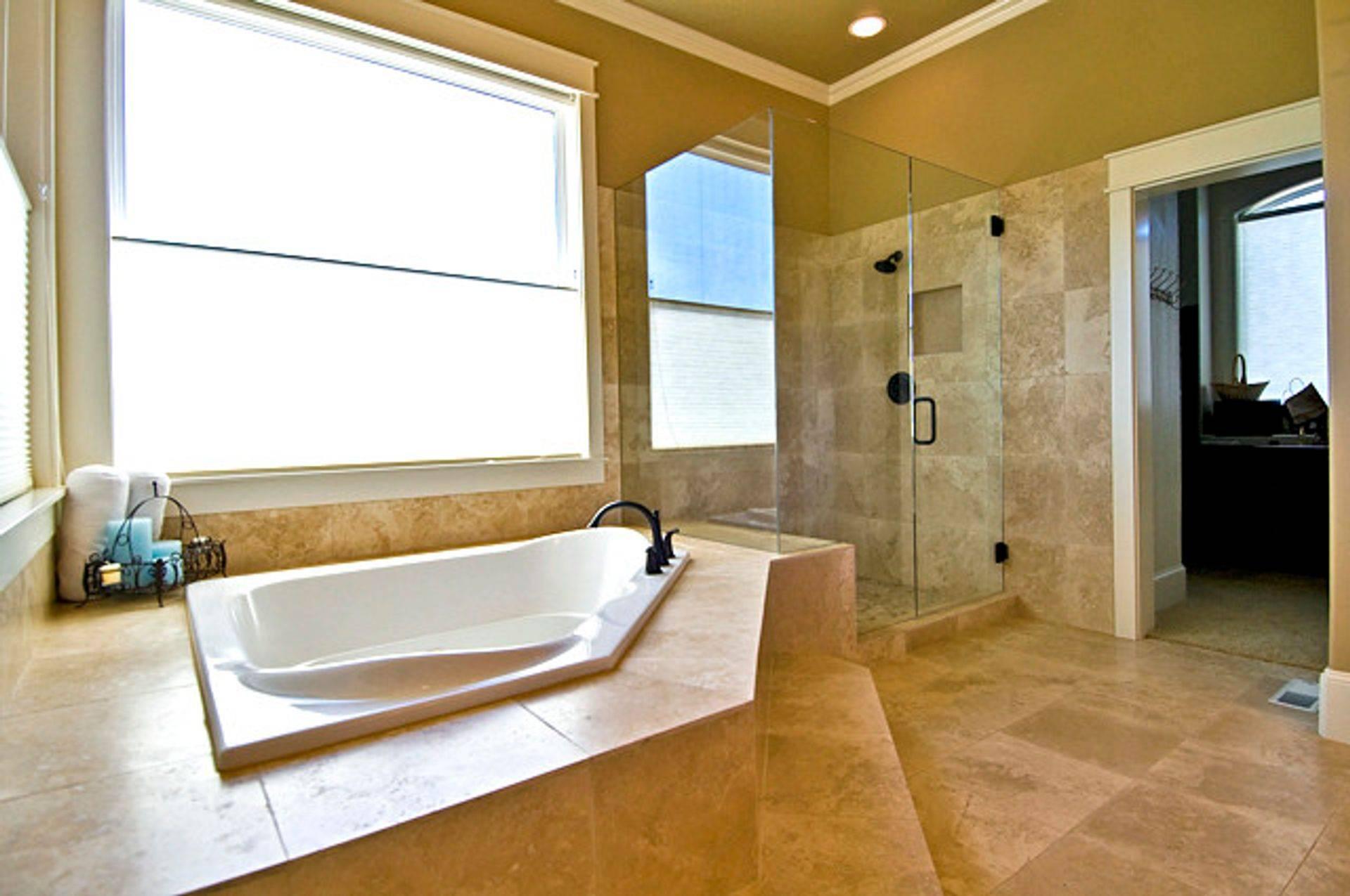 Дизайн ванной комнаты большого размера