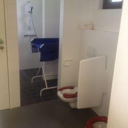 De toiletjes, met verzorgingstafel en achteraan een douche.