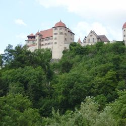 Die mächtige Burganlage in Harburg