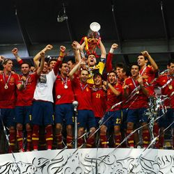 Spain's players celebrate with the trophy after winning the Euro Cup 2012 final.