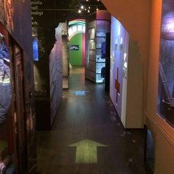 Projicerade pilar vägen fram till utställningen.