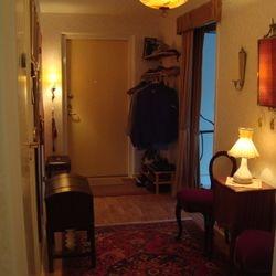 Ljusmiljö med taklampa från 40-talet, lampett från 50-talet och bordslampa från 1900-talets senare hälft.