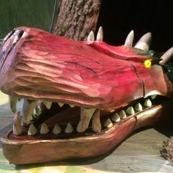 Ett drakhuvud i Ygdracilträdet med indragen fiber i ögon och mun.