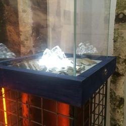 """En av """"magneterna"""". Denna med amberfärgat ljus nertill och glas/is med kallt ljus underfrån."""