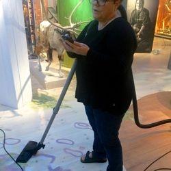 Producenten Marie Schönhult var verkligen med i processen. Här med dammsugaren i ena handen och mobilen i den andra.