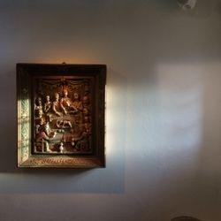 En relief med delvis autentiskt dagsljus, delvis illusoriskt.