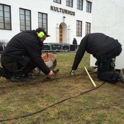 Kablarna till och mellan tornen försänktes en bit ner i gräsmattan.