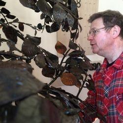 Konstnären Lars Åke Blom var själv med i kyrkan och monterade sitt träd.