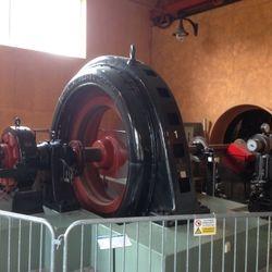 Kraftverket är delvis fortfarande i bruk. Här en av turbinerna.