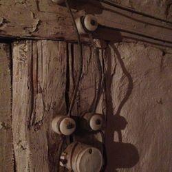 """1918-ca1940. Knoppledning typ mönjeledning """"MVM"""" för utomhusbruk, källare, stall mm."""