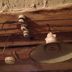 Det är klart att rekommendera att investera i brandlarm. Särskilt i miljöer med gammal el. Dessvärre finns aldrig några larmarmaturer som passar in i gamla miljöer.