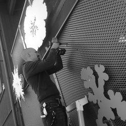 Vissa delar skulle monteras på väggarna. Oscar slet hårt men målmedvetet. Foto: Conny Åhs