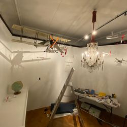 När man hängt upp flygplansmodeller i taket roade jag mig med att skapa skuggor av planen och på så sätt vidga rummet.