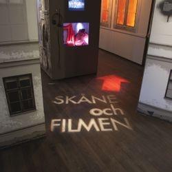"""Innanför basutställningen finns utställningen """"Skåne och filmen"""". För att hitta dit satte vi upp två profilspottar med gobo (projektionsmask i plåt)."""