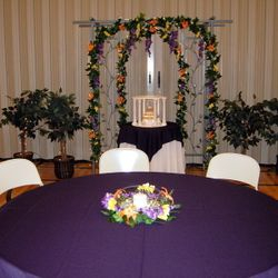 Flat fishbowl with floral wreath and pillar candle - room view