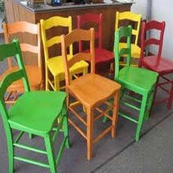 Cadeiras laqueadas em várias cores