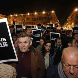 Paris people endlessly marching againt the Charlie terror attack