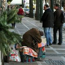 homeless all around , Xristmas fo the Streets for hundreds of Greeks , from whom austerity took it all whose life