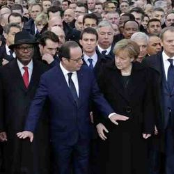 Leaders marching arm-by arm aginst the terro in Paris