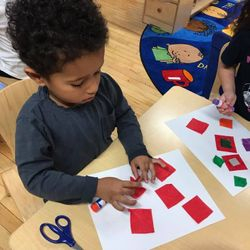 I spy with my little eye.. 👁  PreK 103 is using their sense of sight to go on a shape hunt! They found circles and squares galore in their room. The students created art projects with their shapes and were able to do some building activities! ⬛️🔵  Location : 173-177 25th Street
