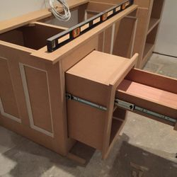 Drawer/shelf pullout detail